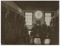 XX-55-2 Ouderen van het Proveniershuis aan de Schiekade, aan een tafel.
