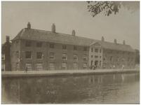 XX-56-1a Het Proveniershuis aan de Rotterdamse Schie ten zuiden van de Heulbrug. In dit huis waren bejaarden ...