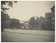 XX-91 Grond die te koop staat aan de Schiedamsesingel. Op de voorgrond enkele mensen bij een hek.
