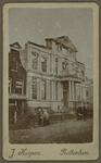 XXI-27 Het Schielandshuis aan de Korte Hoogstraat, vlak na de brand van 1864. Op de voorgrond enkele toeschouwers.