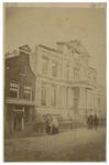 XXI-28 De Korte Hoogstraat met de ruïne van het Museum Boymans, na de brand van 15 op 16 februari 1864. Aan de ...