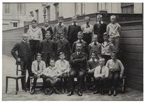 XXII-45-01-2 Schoolklas met hoofdonderwijzers Schröder en Randwijk erbij van de school aan de van Oldenbarneveltstraat.
