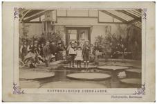 XXIII-103 Drijvende bladen in een vijver, waar kinderen instaan, met toeschouwers in de Rotterdamse Diergaarde aan de ...