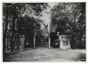 XXIII-105-01-a Gezicht op de ingang van de diergaarde aan de Diergaardelaan.