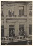 XXIII-40-02 Mannen van de Societeit Unitas aan de Korte Hoogstraat, op het balkon.