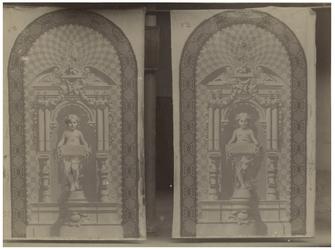 XXIII-59-05-5 Versiering van het trappenhuis van de Schouwburg aan de Aert van Nesstraat, met twee beelden van kleine ...
