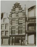 XXV-116-02 Huis aan de Gedempte Botersloot nummer 135. Dit huis werd afgebroken in 1913. Links ernaast de Machinale ...
