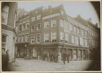 XXV-347 Mannen voor de de winkel van Weinthal & Co. op de hoek van de Hoogstraat en het Oostplein.