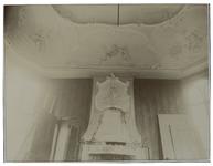 XXV-598-02-10 Versiering boven de open haard en plafondversiering in het huis aan de Schiekade 59, ten zuiden van de ...