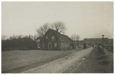XXV-66 Boerenwoning aan de Beukelsdijk nr. 271. Op de weg rijdt een man met een paardenkar.
