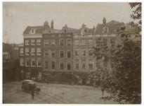 XXV-71 Zicht op de zuidzijde van het Beursplein, tot 1928 Geldersekade genoemd, gelegen tussen de Zwarte Hondstraat en ...