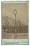 XXVI-48-a Elektrische klok op de hoek van de Maasboulevard en de Oosterkade. Deze klok werd eind oktober 1886 geplaatst.