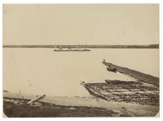 XXVIII-10-02-13 Werkzaamheden bij de aanleg van de Nieuwe Waterweg. Op het midden verscheidene zeilscheepjes.