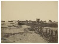 XXVIII-10-02-(2) Begin van de aanleg van de Nieuwe Waterweg. Enkele mannen met bootjes op de voorgrond.