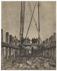 XXVIII-10-02-8 Werkzaamheden bij de aanleg van de Nieuwe Waterweg. Op de voorgrond staan mannen, hoogstwaarschijnlijk ...