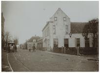 XXXI-172 De Bergse Dorpsstraat te Hillegersberg uit het zuiden. Op de voorgrond aan de linkerkant een paardentram en ...