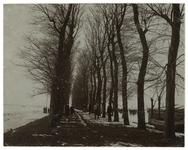 XXXI-198-00-06 De voormalige touwbaan te Hillegersberg uit het zuidoosten. Rechts op de achtergrond de 3 watermolens ...