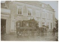 XXXI-221 Uitspanning van de Freericks in de Dorpsstraat te Hillegersberg. De Omnibus werd De Koets van Freericks ...