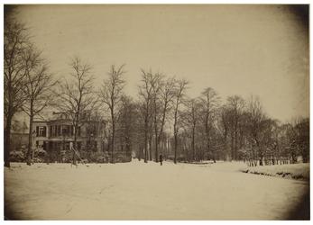 XXXI-289 Zicht op de Essenlaan in een besneeuwd winters landschap.