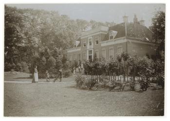 XXXI-336 Buitenplaats aan de 's-Gravenweg te Kralingen. Voor het huis en in de tuin enkele mensen.