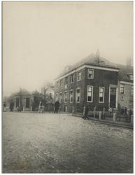 XXXI-344 De Kralingse Pastorie op de hoek van de Oudedijk en de Hertekade met de inspecteur van de Politie Loman, en ...