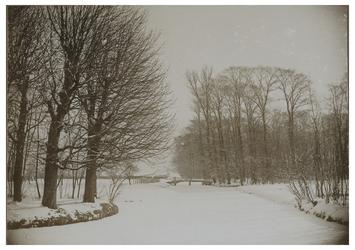XXXI-346-b De Achterlaan bij Park Honingen, met aan de rechterkant Woudestein en de brug over de Groene Wetering, in ...