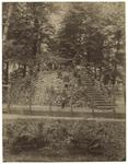 XXXI-347-a Gezichten op de buitenplaats Het Paradijs aan de Oudedijk en in het park. Bij een trap staan een paar ...