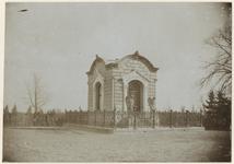 XXXI-354 Zicht op de het familiegraf van de familie Smit op de begraafplaats aan de Kralingseweg. Voor het graf staan ...