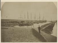 XXXI-42-b Petroleumetablissement bij de Robbenoordsehaven in Charlois. In de haven enkele grote schepen.