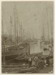 XXXI-482-02 De Haven van Pernis met schepen erin en een aantal mannen en vrouwen op de voorgrond, van links naar rechts ...