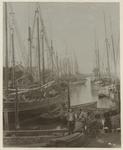 XXXI-485-(2) De Pernissehaven met veel zeilschepen erin. Op de voorgrond aan de kade staan enkele mensen.