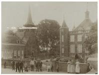 XXXI-641 De Kerk en het Kasteel te IJsselmonde. Voor het hek op de voorgrond staan enkele toeschouwers.