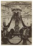 XXXIII-100 Versiering bij de feestviering van 75 jaar onafhankelijkheid op 17 november 1888. Versierd standbeeld van ...