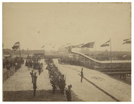XXXIII-114 Hoek van Holland Erewacht van artillerie bij de aankomst van Hunne Majesteiten Koningin Wilhelmina en ...