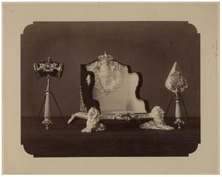 XXXIII-125 Gereedschappen gebruikt door H.M. de Koningin bij de plaatsing van de gedenksteen aan de Wilhelminakade.