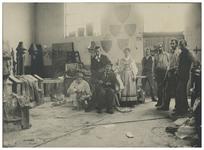 XXXIII-151-1 Atelier van de decorateur Frans Bakker in de Suikerfabriek te Delfshaven, waar voorbereidingen getroffen ...