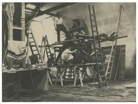 XXXIII-151-2 Mannen bezig met het maken van versieringen in het atelier van de decorateur Frans Bakker in de ...