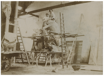 XXXIII-151-3 Mannen aan het werk bij het maken van versieringen in de suikerfabriek te Delfshaven ter gelegenheid van ...