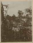 XXXIII-155-1 Stoet met praalwagens met paarden ervoor met op de voorgrond aan weerszijden een menigte van toeschouwers ...