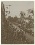XXXIII-155 Stoet in aantocht met op de voorgrond aan weerszijden een menigte van toeschouwers bij de Kroningsfeesten ...
