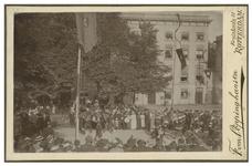 XXXIII-156-3-a Optocht met mannen in historische kleding en een ruiter bij de Kroningsfeesten die gehouden werden van ...