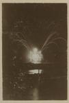 XXXIII-160-1-b Speciaal vuurwerk in de vorm van het Koninklijke Wapen aan de Maas bij de Kroningsfeesten die gehouden ...