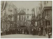 XXXIII-161-00-01 Versiering van de Kipstraat voor de viering van de kroning van koningin Wilhelmina. Op de voorgrond ...