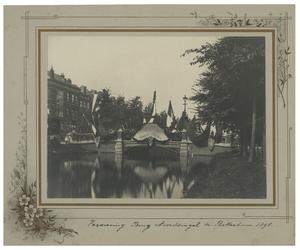 XXXIII-161-5 Versiering van de brug over de Noordsingel te Rotterdam in verband met de festiviteiten rondom de kroning ...