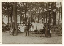 XXXIII-161-6-a Uitdeling van lekkers aan schoolkinderen in de Rotterdamse Diergaarde ter gelegenheid van de ...