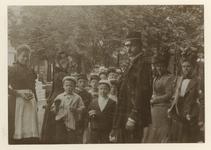 XXXIII-161-6-b Rotterdamse schoolkinderen met eten in hun hand, dat uitgedeeld werd bij de Rotterdamse Diergaarde ter ...