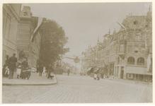 XXXIII-161-1-b Zicht op de West-Kruiskade met versieringen en vlaggen bij de Kroningsfeesten die werden gehouden van 31 ...