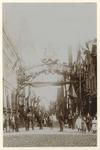 XXXIII-161-2-b Sierboog in de Erasmusstraat voor de Kroningsfeesten die gehouden werden van 31 augustus tot 6 september ...