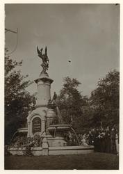 XXXIII-161-3 Standbeeld van de Vereniging Feijenoord voor de Kroningsfeesten in september 1898 aan het Burgemeester ...