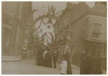 XXXIII-161-9 Versieringen bij de tweede Diergaardestraat bij gelegenheid van de Kroningsfeesten die gehouden werden van ...